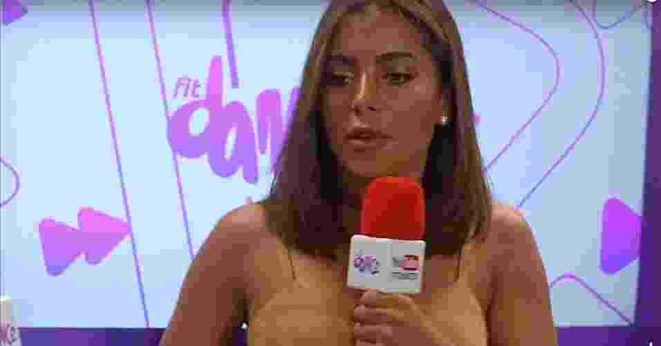 A última polêmica de Anitta envolve sua pele excessivamente bronzeada, digamos assim. O visua da cantora dividiu opiniões dos fãs após ela se apresentar em um show em Salvador na noite de quarta, 28 de dezembro. Excesso de sol ou erro de maquiagem? - Reprodução/Youtube/Boomerang Notícias