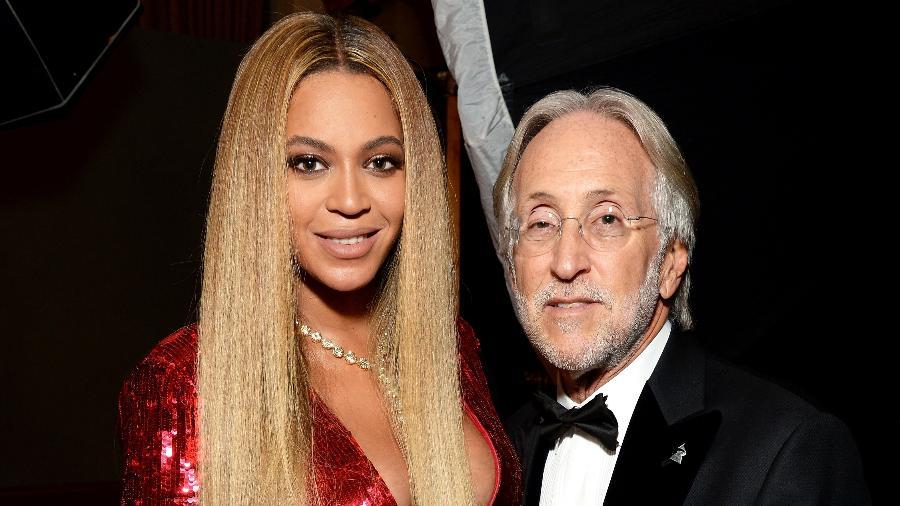 Beyoncé posa ao lado do presidente da Academia de Gravação, Neil Portnow, durante a cerimônia do Grammy de 2017 - Michael Kovac/Getty Images for NARAS