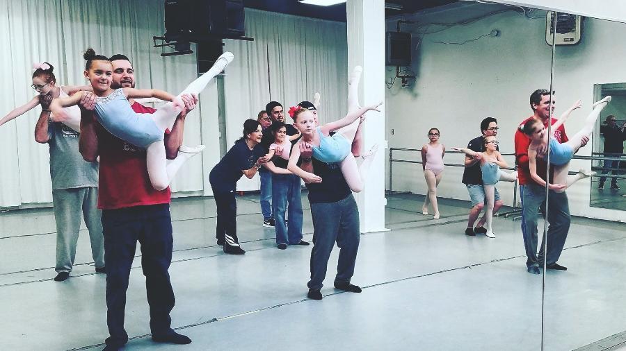 Pais e filhas no balé - Reprodução/Facebook
