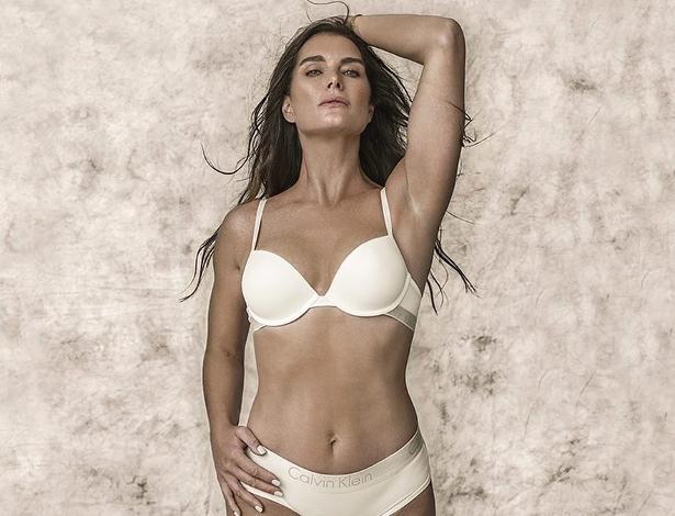 Brooke Shields posa de lingerie e mostra corpão aos 52 anos