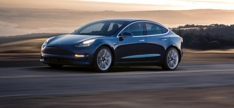 Com preço competitivo, Tesla Model 3 pode ser, se a fábrica conseguir entregá-lo, um dos algozes dos modelos a combustão - Divulgação