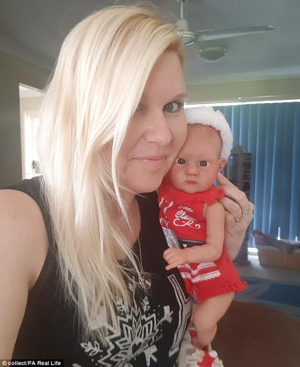 aeccca358 Fotos  Mulher gasta R  25 mil para sua boneca