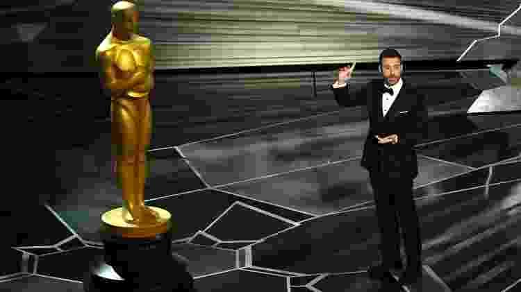 O apresentador Jimmy Kimmel faz piada com a estatueta do Oscar - Kevin Winter/Getty Images - Kevin Winter/Getty Images