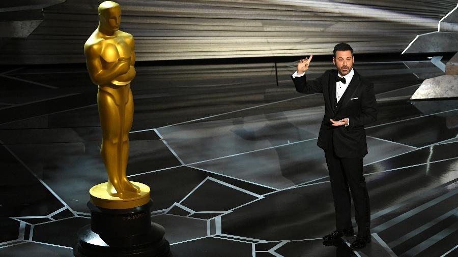 """O apresentador Jimmy Kimmel faz piada com a estatueta do Oscar: """"Olhem para ele. Mantém suas mãos onde você pode vê-las. Nunca diz uma palavra grosseira. E o mais importante, não tem pênis"""" - Kevin Winter/Getty Images"""