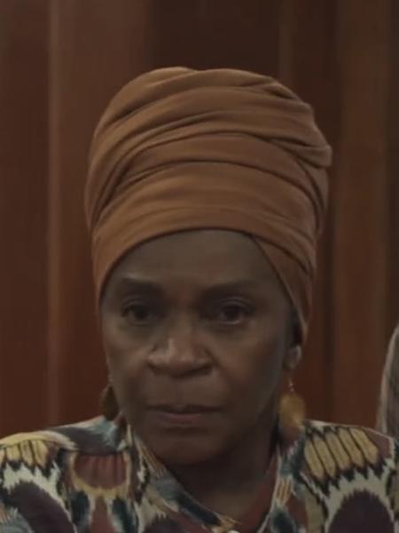 Grande mãe aparece ao lado de Mariano no tribunal - Reprodução/Globo