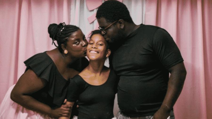 Eliene, o marido, Pierre, e Camili: dois meses após visualizar fotos e vídeo da menina na internet, o casal iniciou o período de convivência para adotá-la - Jefferson Pena