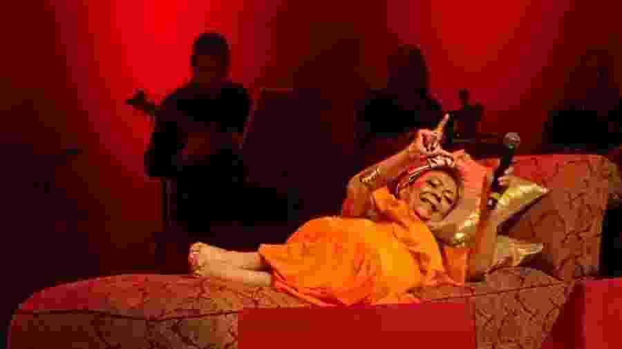Beth Carvalho canta deitada no Rio, em seu último show - Reprodução/Instagram