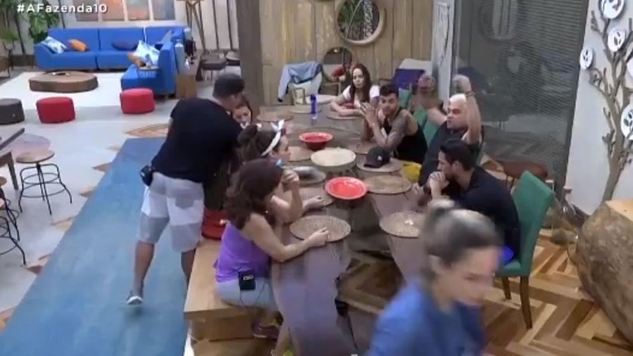 """Briga entre Ana Paula Renault e Evandro Santo em """"A Fazenda 10"""" - Reprodução/RecordTV"""