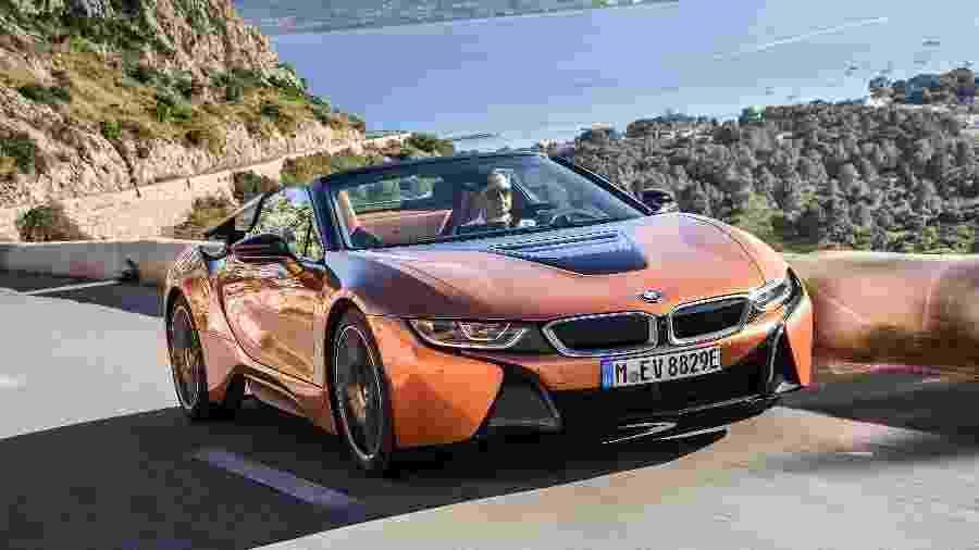 """BMW i8 Roadster tem partes de fibra de carbono para redução no peso, que é de 1.595 kg; esse foi o """"presentão"""" do influenciador - Divulgação"""