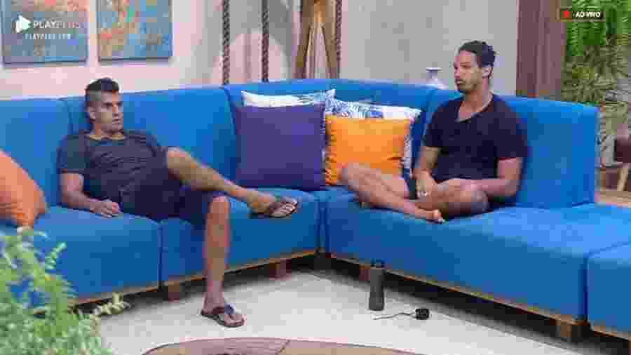 Felipe Sertanejo conversa com João Zoli na sala da sede  - Reprodução/PlayPlus