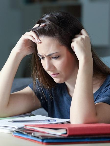 Mulher tentando memorizar estudos - AntonioGuillem/IStock