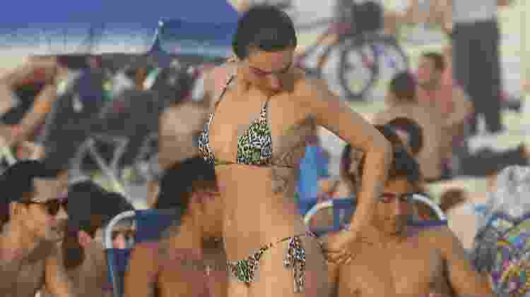 Isis Valverde na praia - AgNews - AgNews