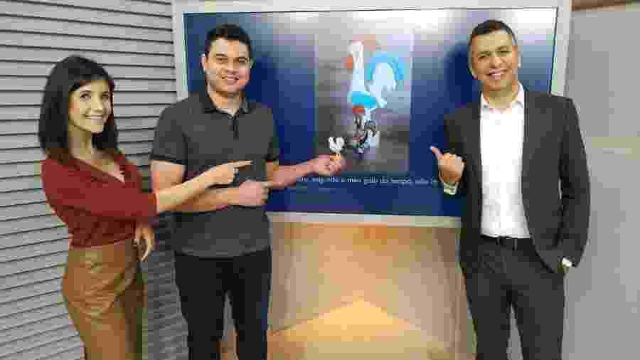 Carla Moreno, Tiago Rodrigues, o galinho do tempo, e Murilo Zara, da TV Globo em Presidente Prudente  - Reprodução Facebook-TV Fronteira