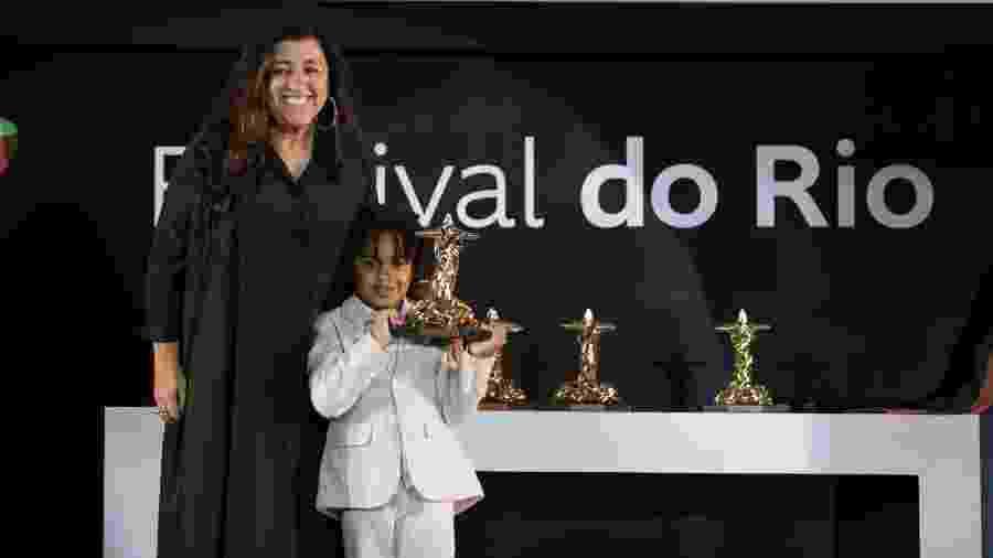 19.12.2019 - Regina Casé recebe prêmio de melhor atriz no Festival do Rio com o filho, Roque - Davi Campana