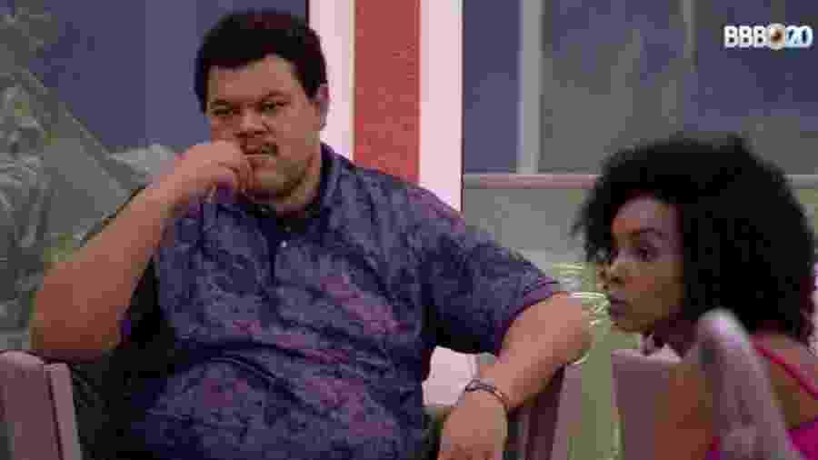 Thelma e Babu conversam na área externa - Reprodução/GlobostaPlay