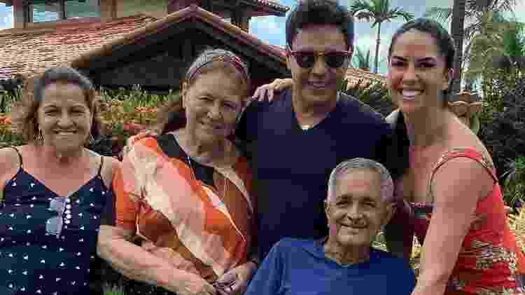 Zezé Di Camargo e família com Seu Francisco - Colaboração para o UOL - Colaboração para o UOL