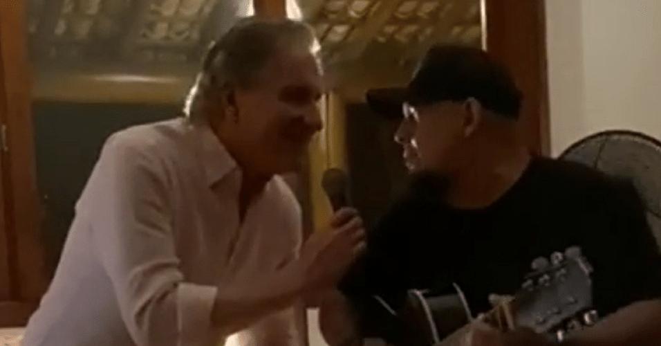 Roberto Justus e Digão dos Raimundos tocam juntos em Trancoso