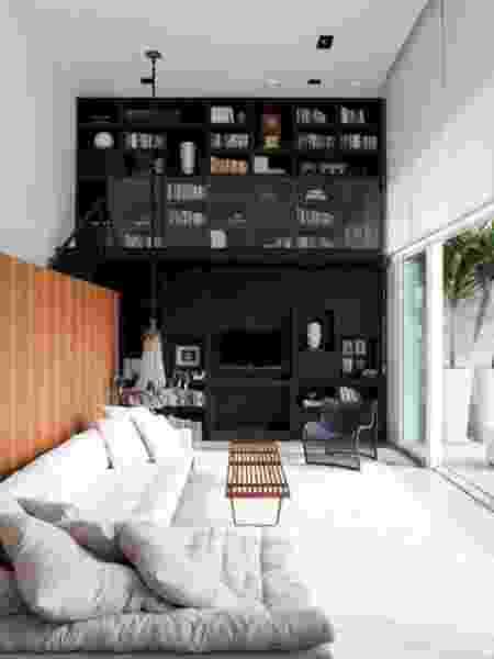 Estante de livros criada a partir da parede com pé-direito duplo - Reprodução/Pinterest - Reprodução/Pinterest