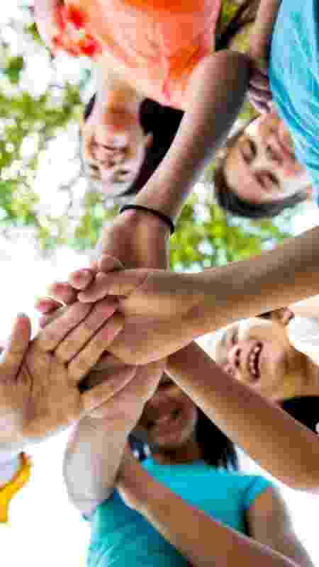 Crianças brincando em grupo, brincadeira, infância - SDI Productions/iStock - SDI Productions/iStock