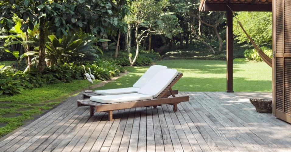 Todos os decks de madeira - também projetados pela paisagista Tania Manela Kurc para o sítio na Ilha Grande (RJ) - foram executados pelo marceneiro Gildemberg Batista, em ipê champanhe