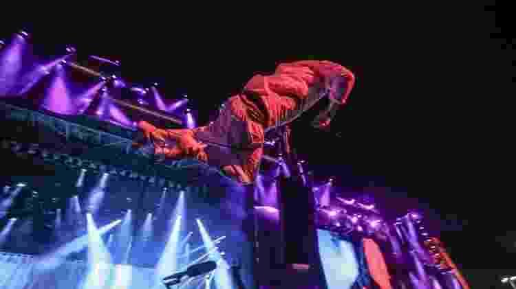 """Mike Patton, vocalista do Faith No More, fez um """"stage dive"""" no final da música """"Caffeine"""" - Antônio Lacerda/EFE - Antônio Lacerda/EFE"""
