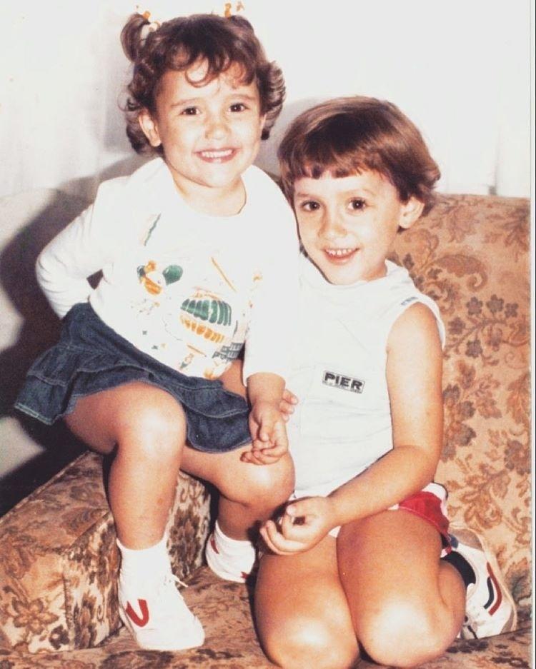 12.out.2015 - O humorista Paulo Gustavo publicou uma foto de infância ao lado da irmã, Juliana Amaral, e brincou com seus cabelos.