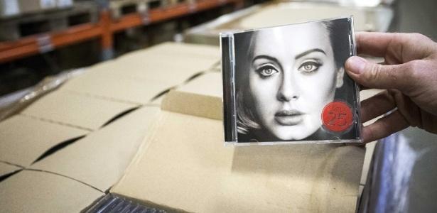 """Novo disco da cantora Adele, """"25"""", chega a uma loja na Holanda - EFE/Alexander Schippers"""