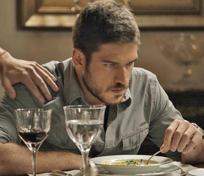 Dante deixa transparecer sua raiva do pai, Romero, por saber que ele faz parte da facção