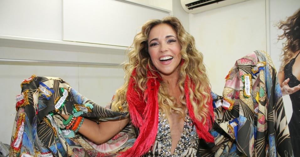 5.fev.2015 - Decotada, Daniela Mercury encarna divindade do samba antes de puxar trio no circuito Barra-Ondina em Salvador