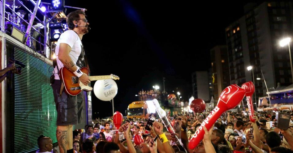 9.fev.2016 - Tuca Fernandes toca próximo ao público durante passagem de seu trio pelo circuito Barra-Ondina em Salvador