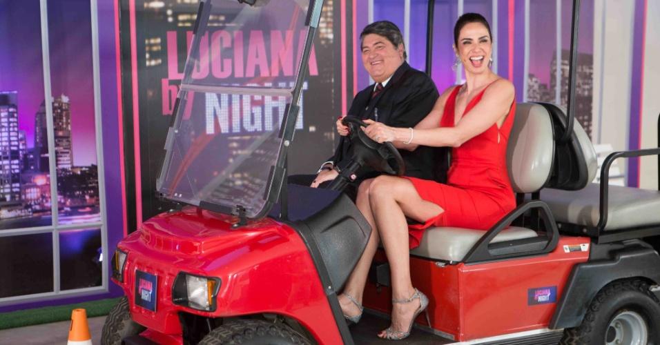 """24.mai.2016 - No """"Luciana By Night"""", Luciana Gimenez assume o volante e é desafiada a fazer uma baliza perfeita enquanto Datena faz seu julgamento"""