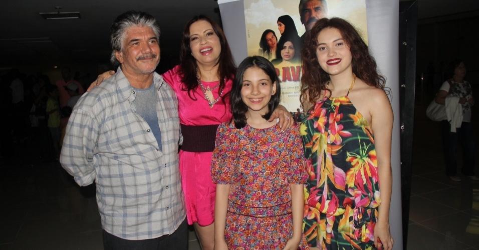 """27.ago.2016 - Lembra dela? Afastada da TV há mais de 15 anos, a atriz Isadora Ribeiro levou as filhas ao lançamento do filme """"Travessias"""", que protagoniza ao lado de Jackson Antunes, em um cinema na Barra da Tijuca, Rio de Janeiro"""