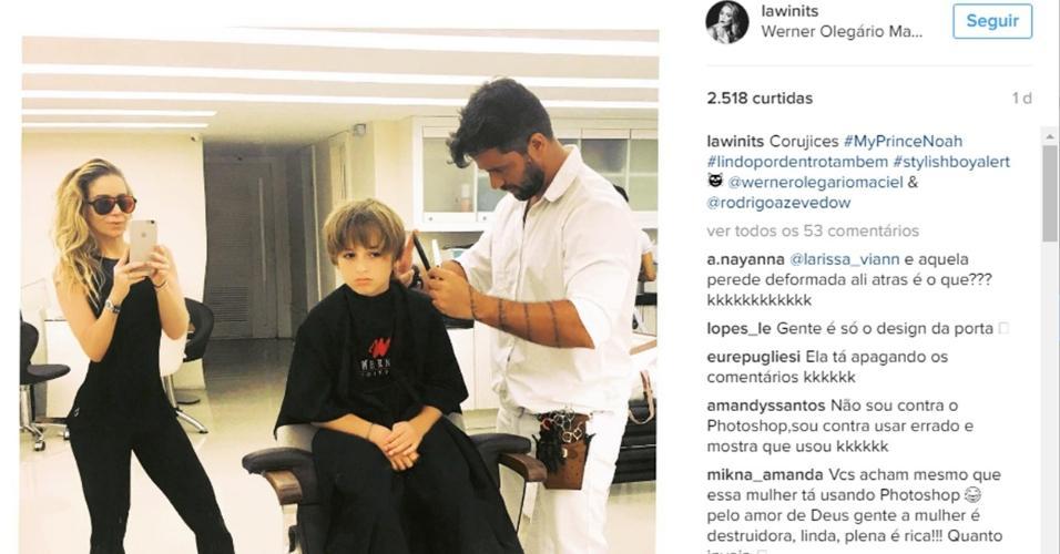 Danielle Winits posta foto em um salçao ao lado do filho, Noahn, e chama a atenção por parede