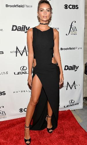 Emily Ratajkowski usa vestido preto com fenda na lateral