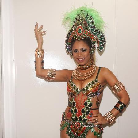 Lexa com a fantasia que usou para desfilar na Vila Isabel - Iwi Onodera/UOL