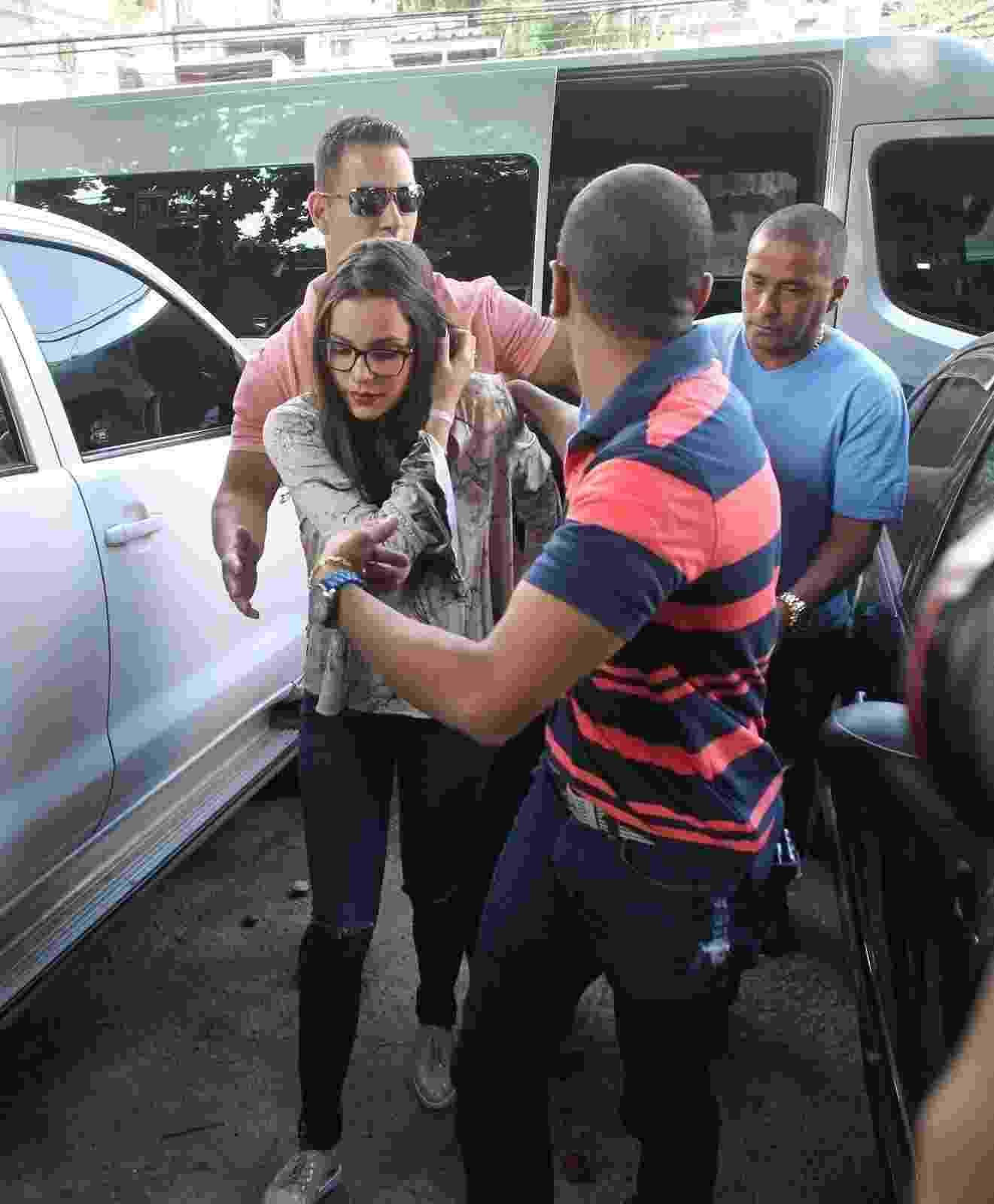 Emilly chega à delegacia da mulher, no Rio, onde prestará no depoimento - Marcello Sá Barreto / Ag News