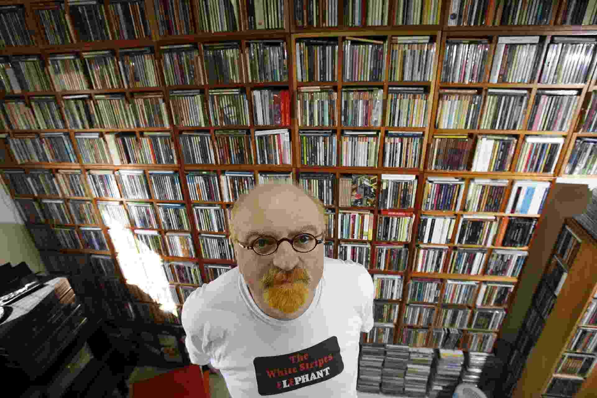 Kid Vinil mostra sua casa com as estantes que abrigam suas coleções de CDs e LPs - Bruno Miranda/Folha Imagem