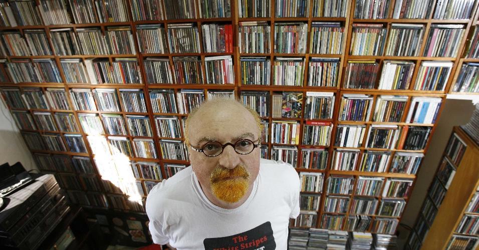Kid Vinil mostra sua casa com as estantes que abrigam suas coleções de CDs e LPs