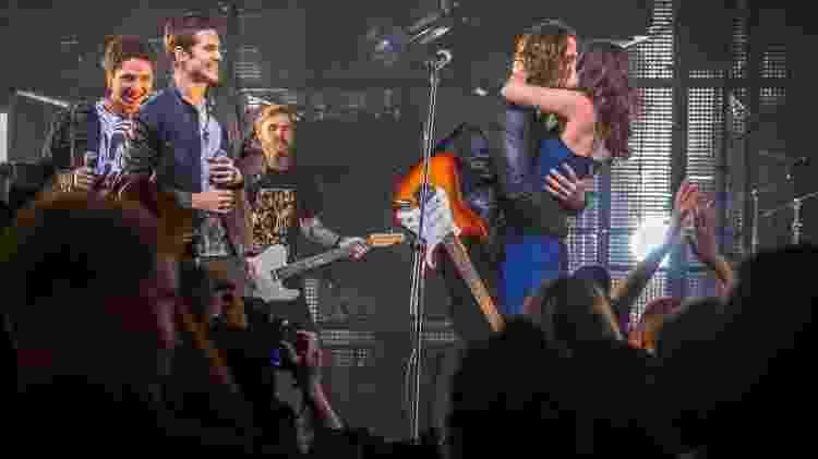 """Após o pedido de casamento, Gui (Vladimir Brichta) e Júlia (Nathalia Dill) se beijam no palco em """"Rock Story"""" - Paulo Belote/TV Globo - Paulo Belote/TV Globo"""