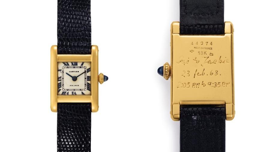 """O relógio da Cartier, gravado na parte de trás, foi um presente para a então primeira-dama dos Estados Unidos de seu cunhado, o príncipe Stanislaw """"Stas"""" Radziwill - Christie""""s Images/Handout via Reuters"""
