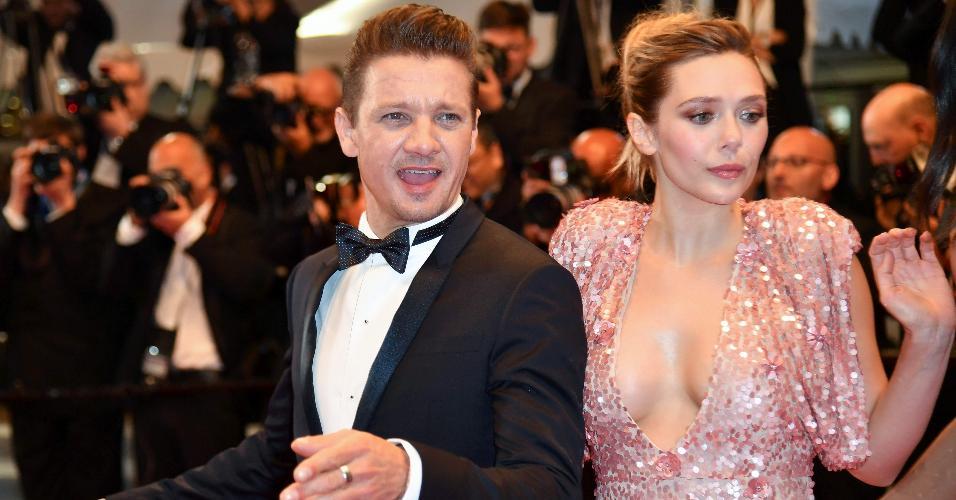 """Jeremy Renner e Elizabeth Olsen chegam juntos no tapete de vermelho do filme """"Wind River"""" em Cannes"""