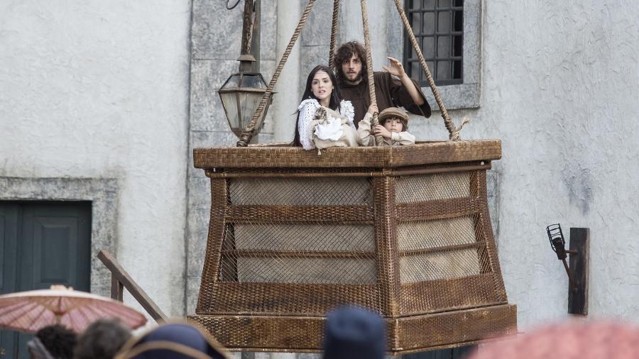 """Anna, Joaquim, Quinzinho e Vitória fogem de Thomas usando balão em """"Novo Mundo"""" - Reprodução/Novo Mundo/Gshow"""