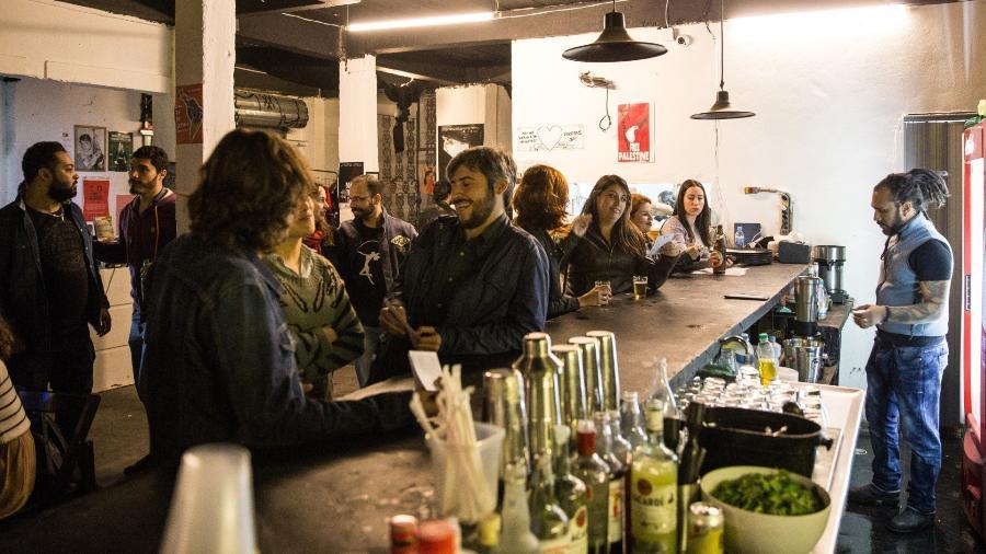 Misto de bar, restaurante árabe e espaço cultural, o Al Janiah (pronuncia Al Jânia) é perfeito para curtir com os amigos  - Alberto Rocha/Folhapress