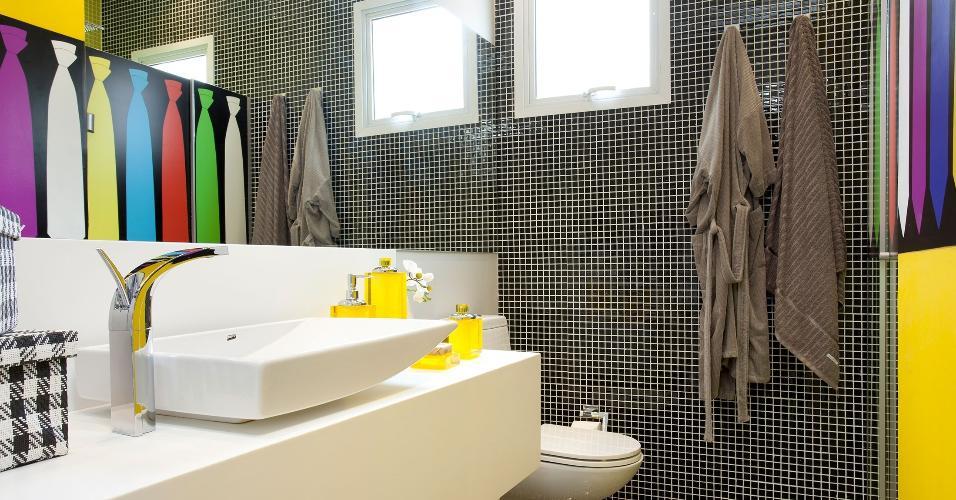 O adesivo é uma das soluções mais rápidas para renovar as paredes sem gastar muito nem fazer sujeira. Neste banheiro, a designer de interiores Adriana Fontana escolheu um revestimento com estampa de gravatas, trazendo um toque de humor para a decoração