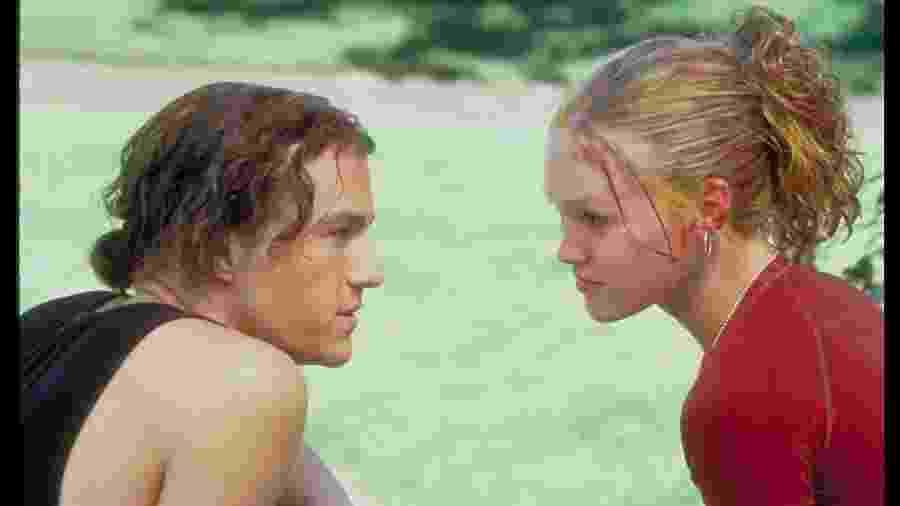 """Os atores Heath Ledger e Julia Stiles em cena de """"Dez Coisas que Eu Odeio em Você"""", filme de 1999  - Touchstone Pictures/Divulgação"""