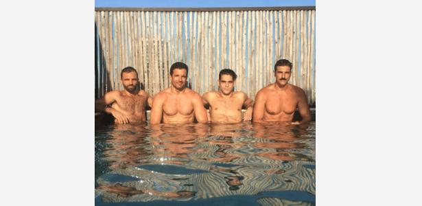 Reynaldo Gianecchini curte piscina com amigos