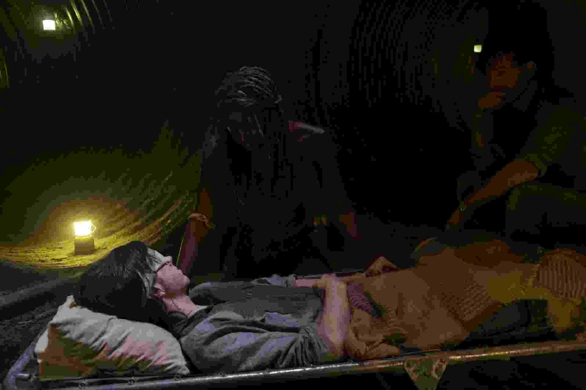 """Em seu leito, Carl (Chandler Riggs) é observado por Michonne (Danai Gurira) e Rick (Andrew Lincoln) em cena de do nono episódio da oitava temporada de """"The Walking Dead"""" - Divulgação"""