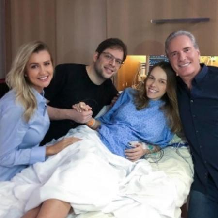 Roberto Justus com a mulher, Ana Paula Siebert, visita o filho, Ricardo, e a nora, Fran, na maternidade - Reprodução/Instagram/robertojustus
