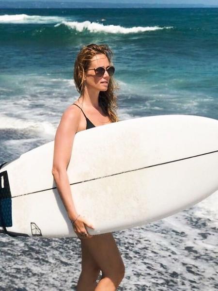 Mariana Ximenes curte praia com prancha de surfe - Instagram/Reprodução