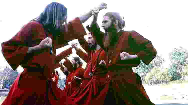 """Esta foto mostra parte da equipe """"samurai"""" de guarda-costas de Bhagwan, durante uma prática de caratê  - Hugh Milne  - Hugh Milne"""